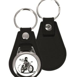 Le porte clé en métal Fille au Guidon est le porte clés que les motardes se doivent d'avoir