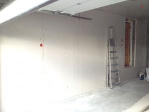 Vegg i garasjen er ferdig gipset.