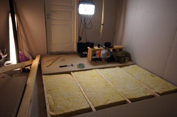 Er begynt å legge sponplatene i hjemmekinoen.