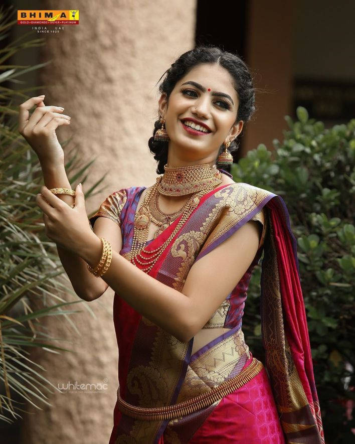 Deepa Thomas Gorgeous Photos, Biography, Wiki, Husband, Family, Instagram 31