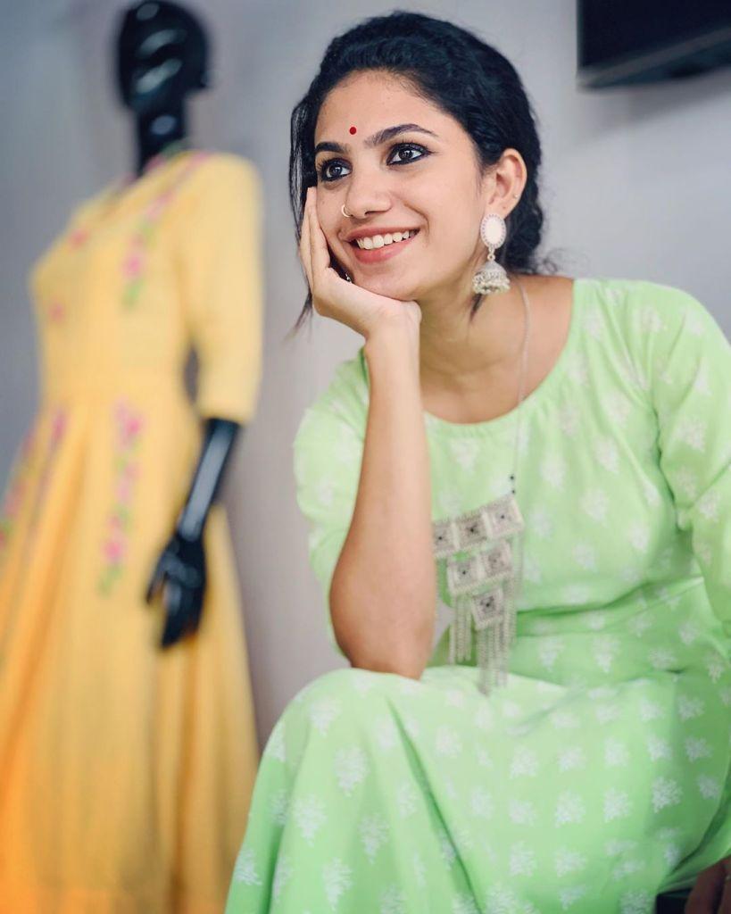 Deepa Thomas HD Photos, Biography, Wiki, Husband, Family, Instagram 11