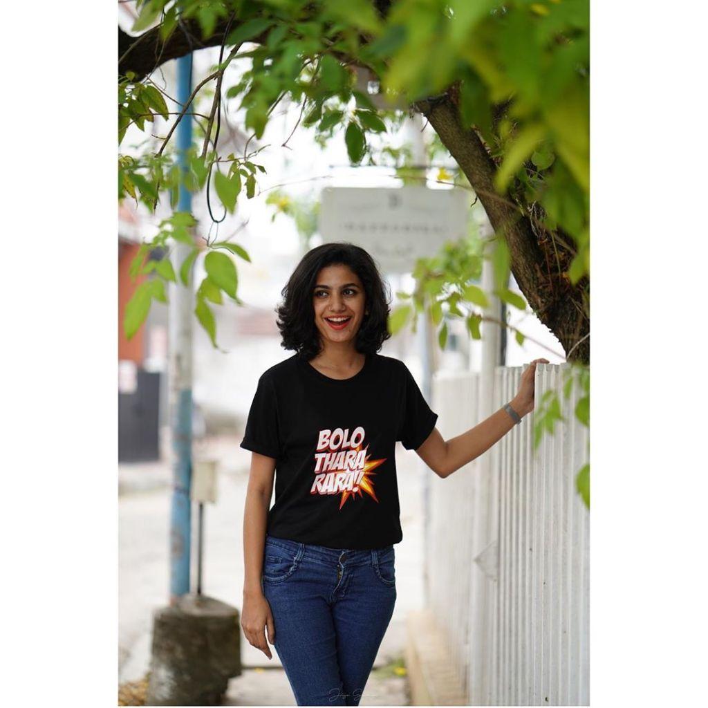 Deepa Thomas HD Photos, Biography, Wiki, Husband, Family, Instagram 16
