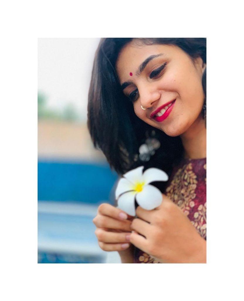 Deepa Thomas HD Photos, Biography, Wiki, Husband, Family, Instagram 17