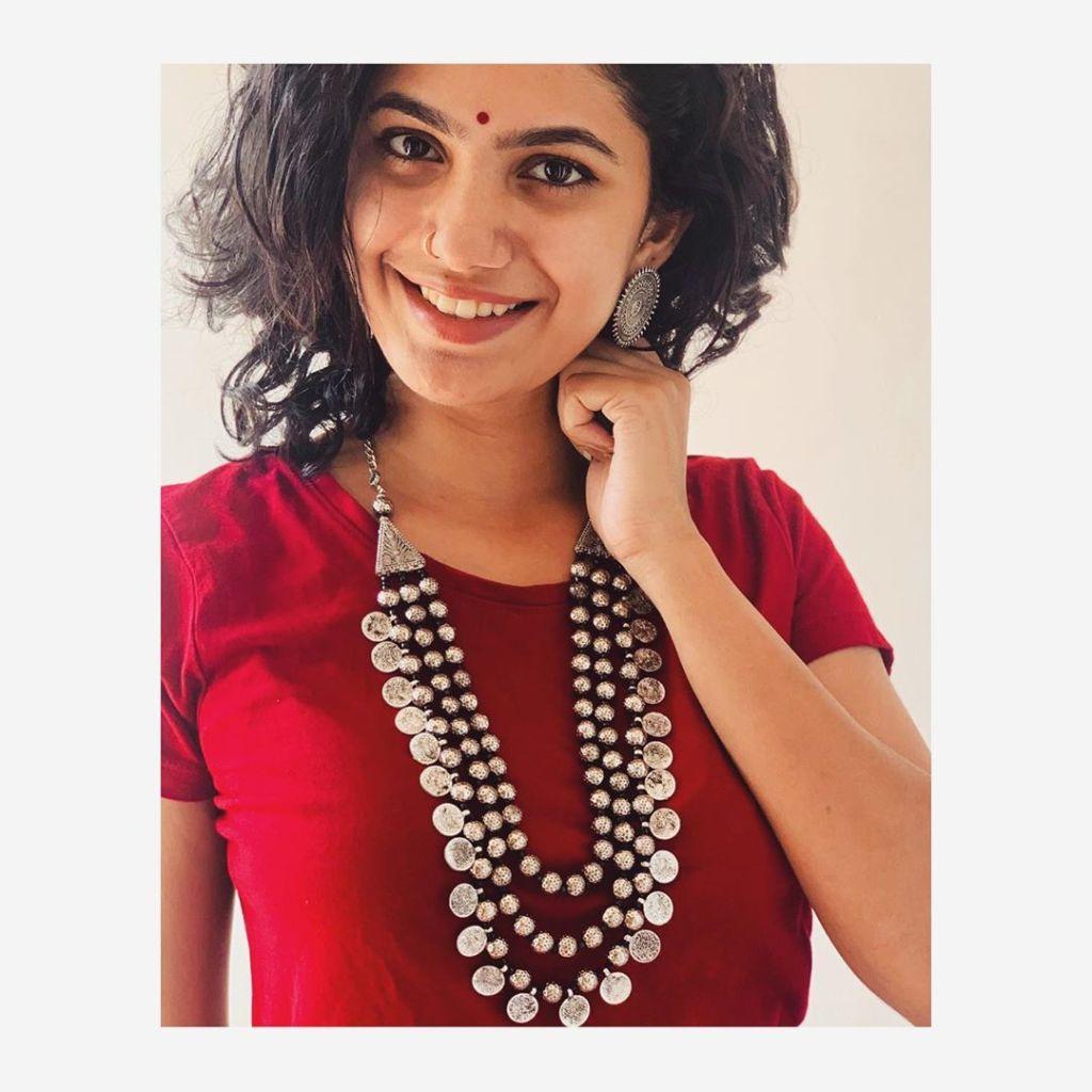 Deepa Thomas HD Photos, Biography, Wiki, Husband, Family, Instagram 3