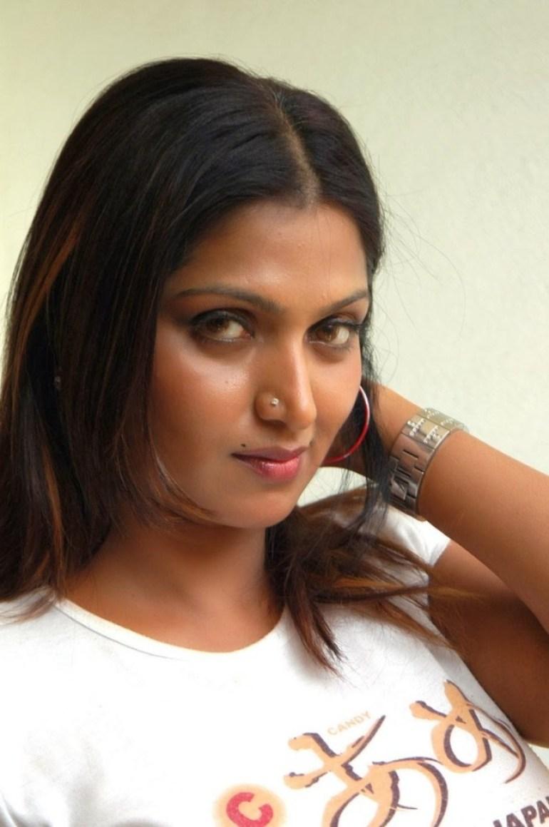 39+ Glamorous Photos of Bhuvaneshwari 18
