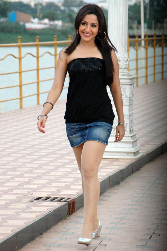 29+ Beautiful Photos of Mallika Kapoor 25