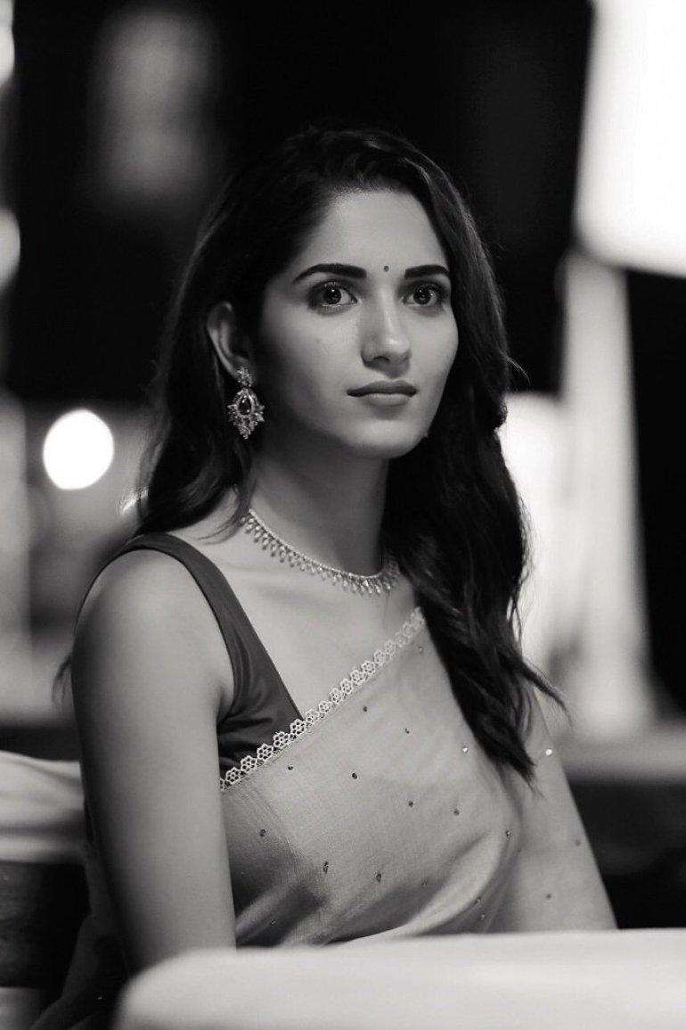 89+ Gorgeous Photos of Ruhani Sharma 75