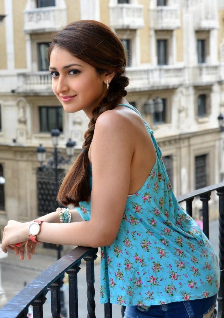 72+ Charming Photos of Sayesha Saigal 106