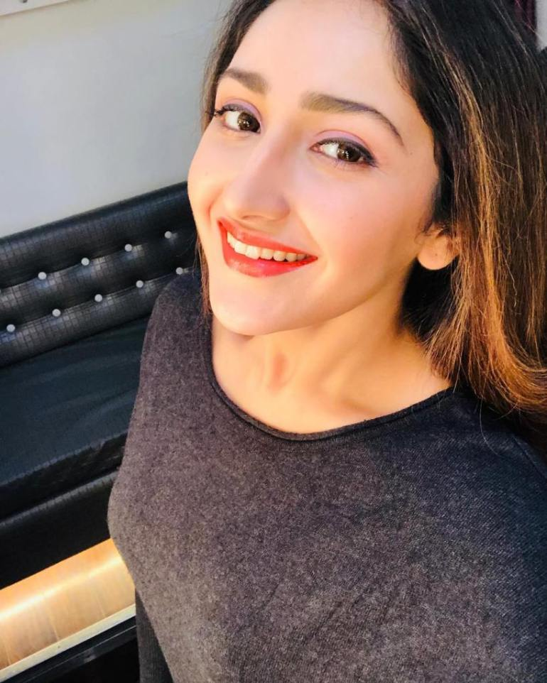 72+ Charming Photos of Sayesha Saigal 89