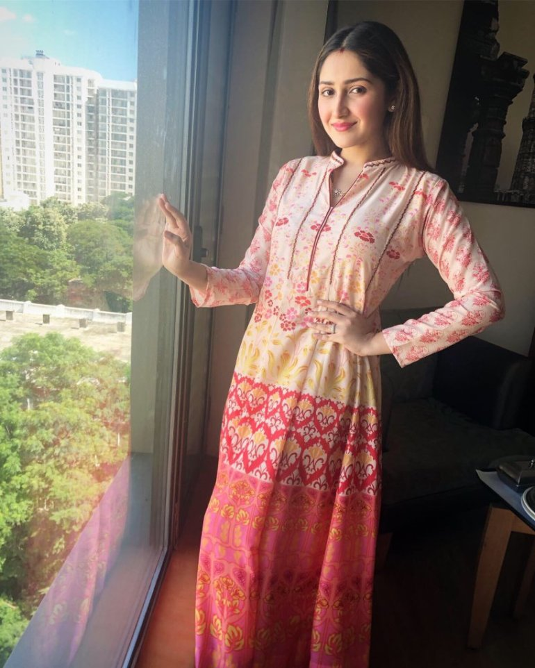 72+ Charming Photos of Sayesha Saigal 133