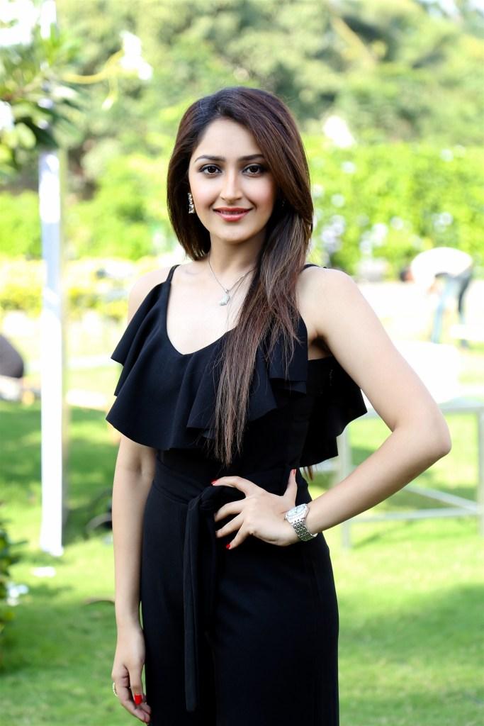 72+ Charming Photos of Sayesha Saigal 58