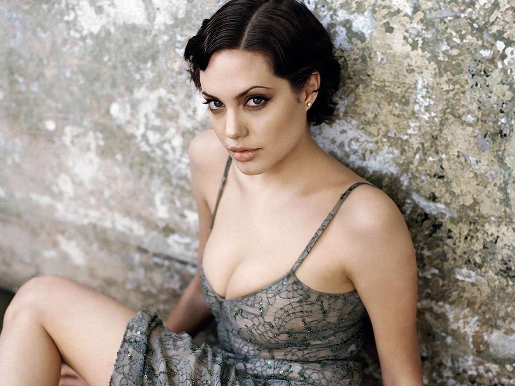 35+ Glamorous Photos of Angelina Jolie 22