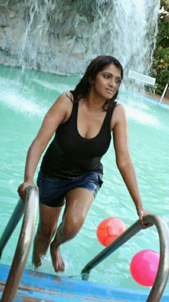 39+ Glamorous Photos of Bhuvaneshwari 87