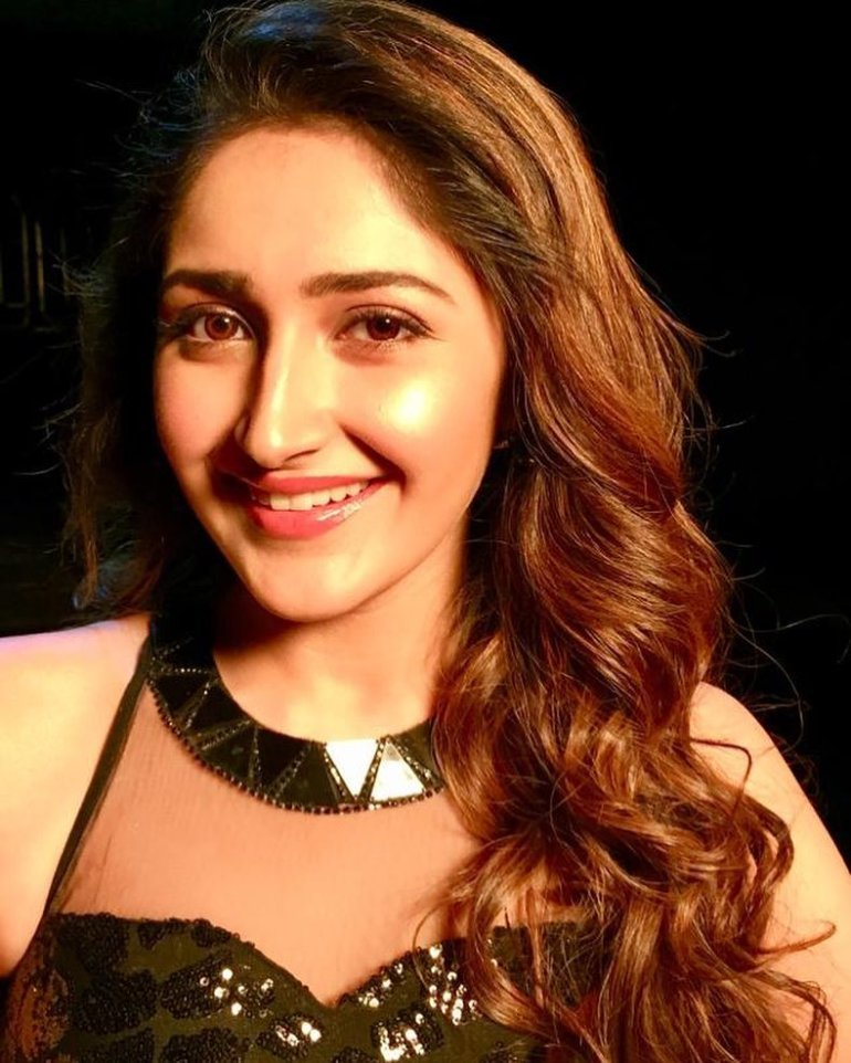 72+ Charming Photos of Sayesha Saigal 87