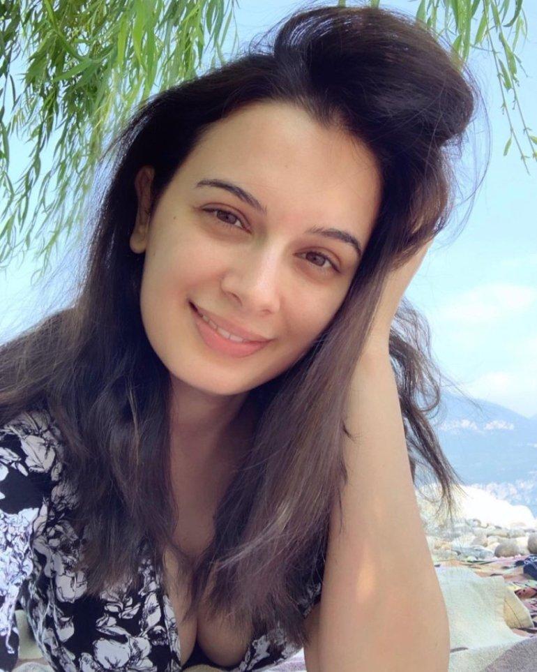 39+ Charming Photos of Evelyn Sharma 14