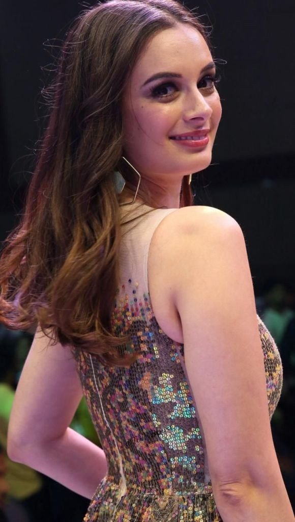 39+ Charming Photos of Evelyn Sharma 10