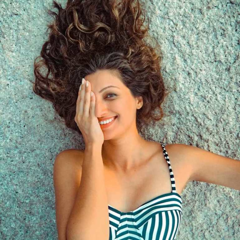 24+ Stunning Photos of Hamsa Nandini 8