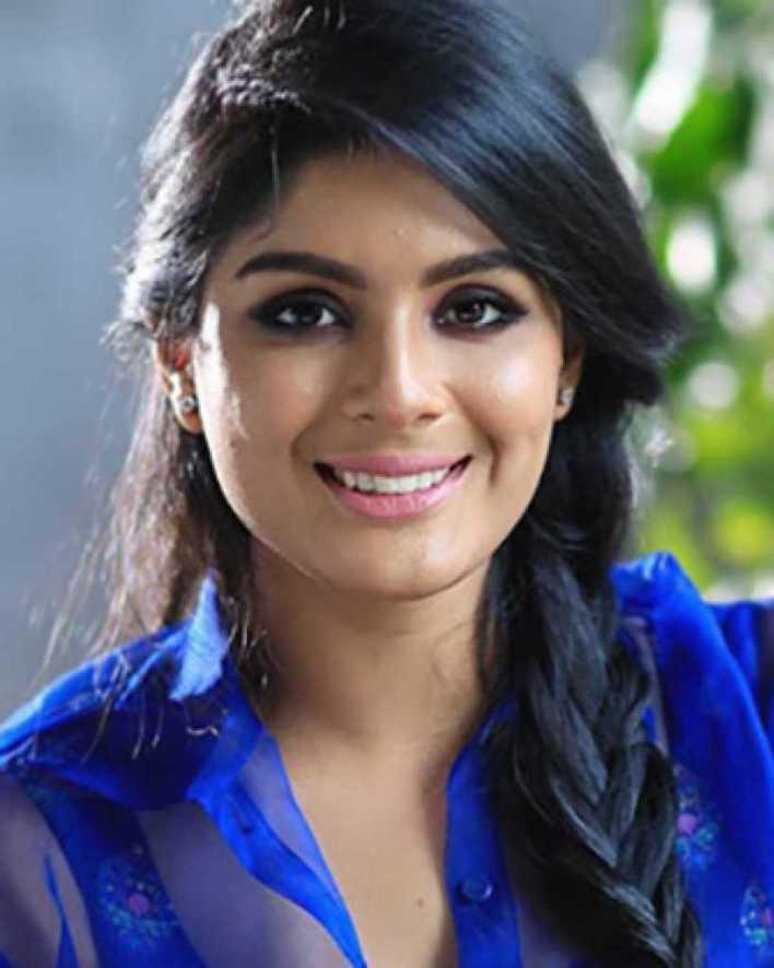 Samyuktha Menon Wiki, Age, Boyfriend, Movies, Family, Biography & Gorgeous Photos 4