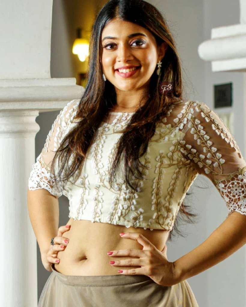 27+ Glamorous Photos of Madhuri Braganza 112