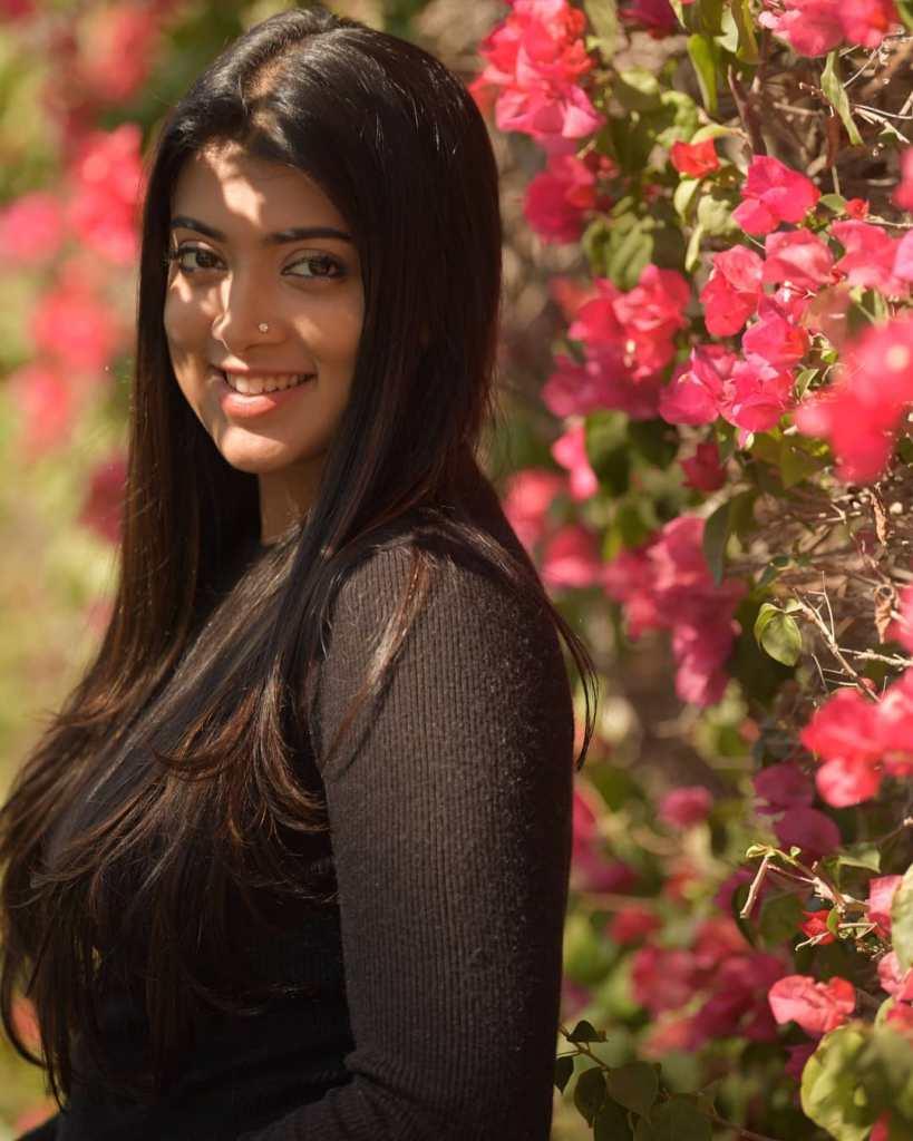 27+ Glamorous Photos of Madhuri Braganza 91