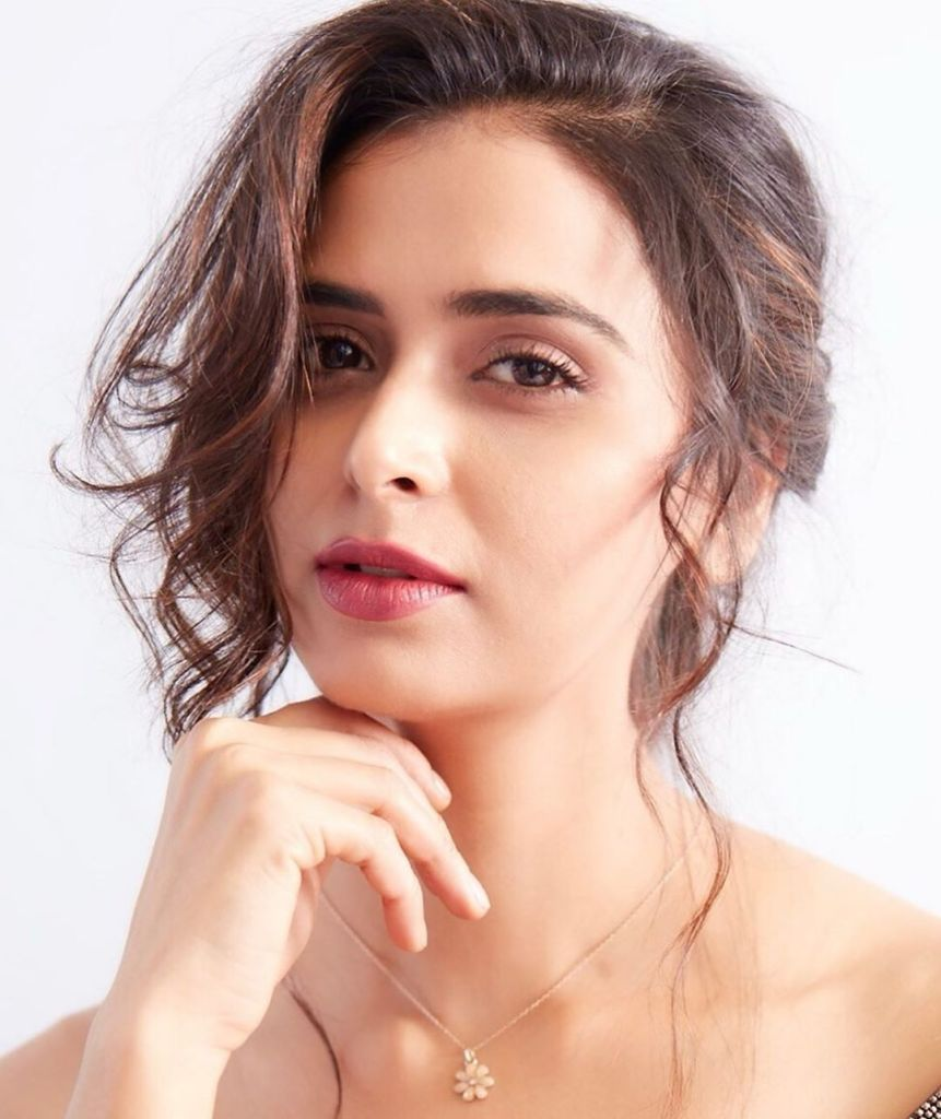 39+ Stunning Photos of Meenakshi Dixit 5