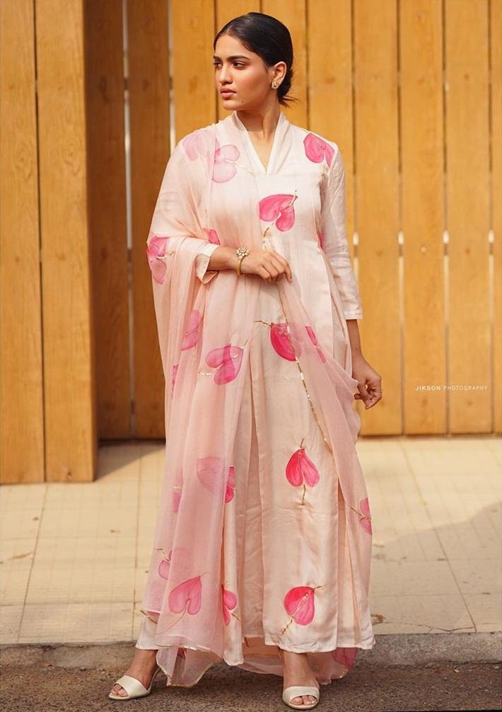 Saniya Iyappan Wiki, Age, Boyfriend, Movies, Family, Biography & beautiful Photos 17