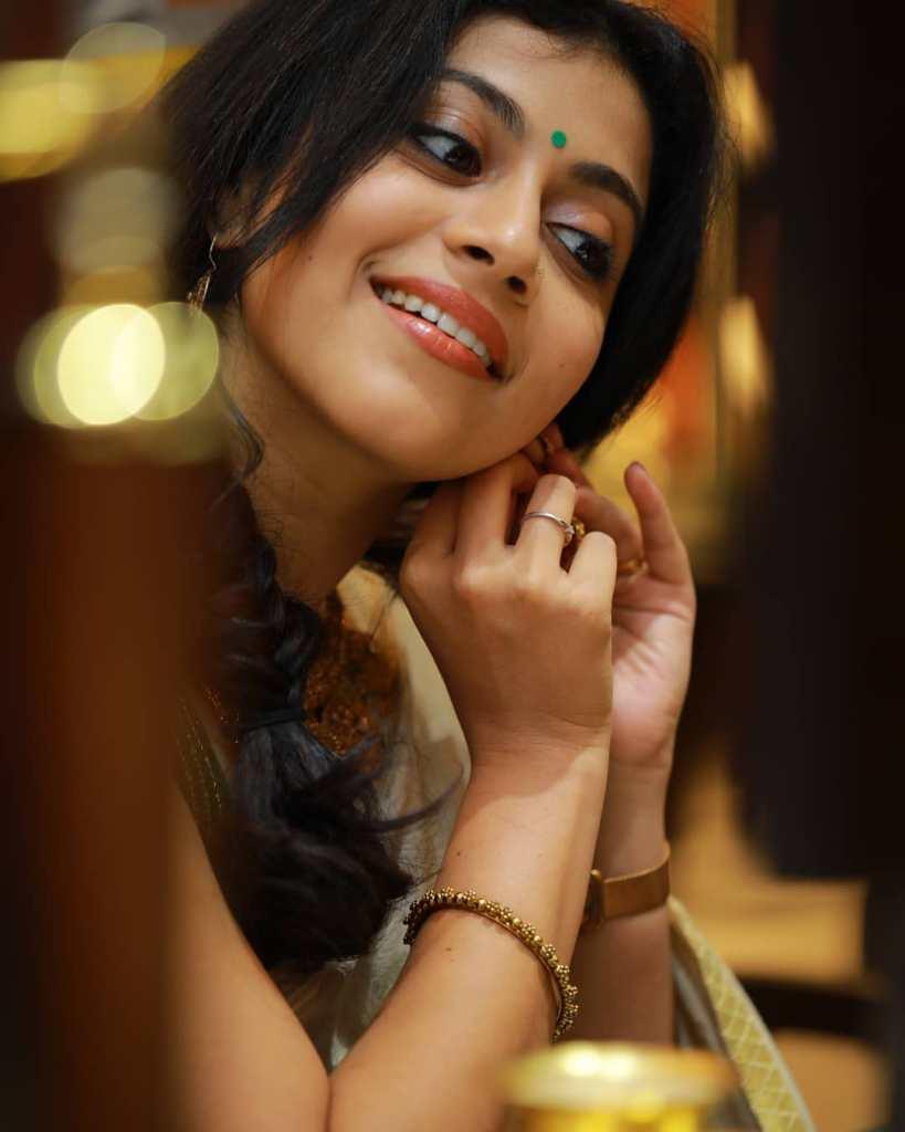 21+ Beautiful Photos of Shruthi Ramachandran 10
