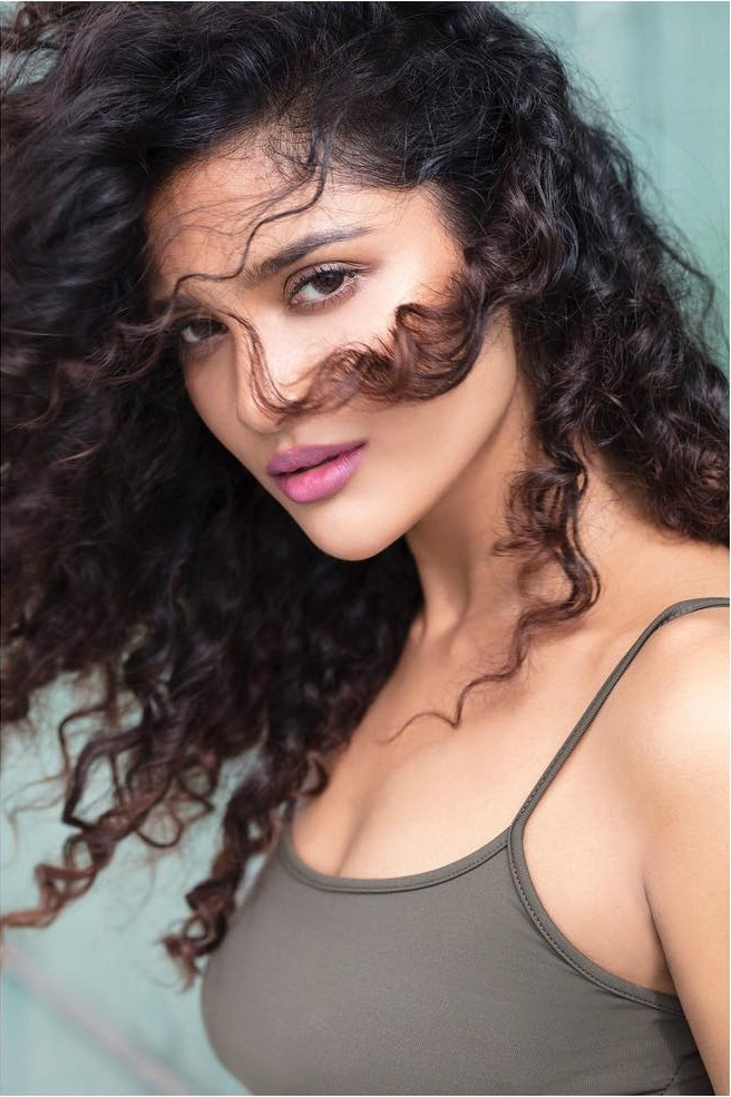 17+ Glamorous Photos of Sushrii Shreya Mishra 2