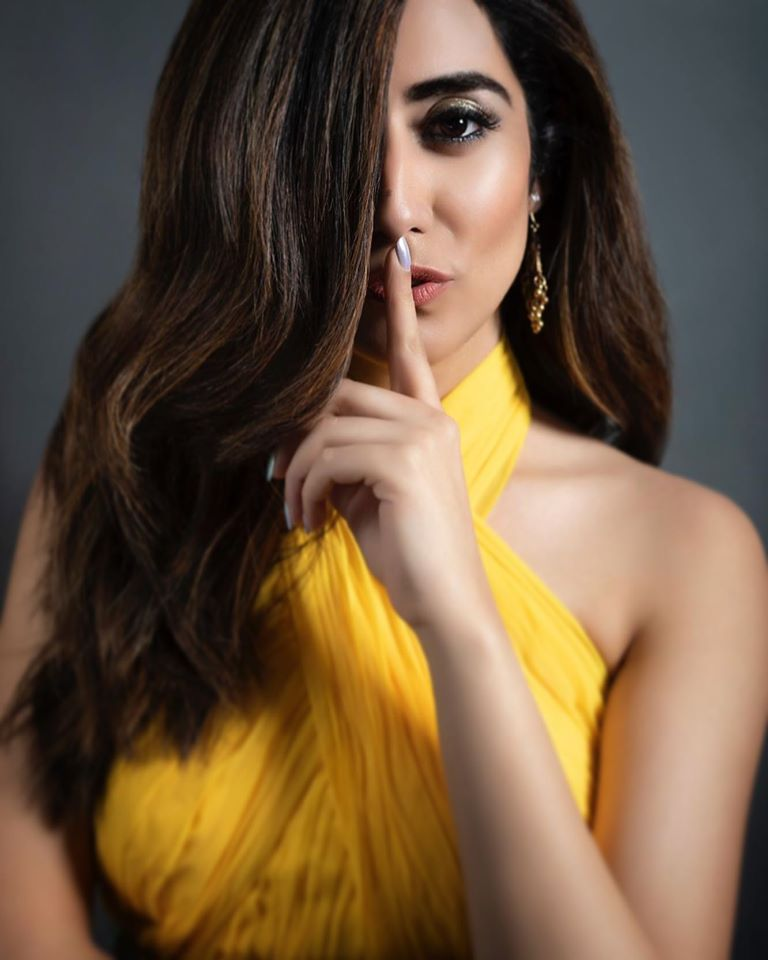 Jonita Gandhi Wiki, Age, Family, Movies, HD Photos, Biography, and More 93