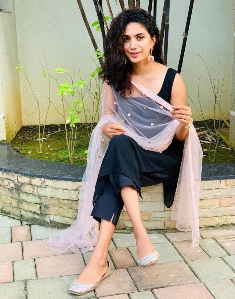 Deepa Thomas Gorgeous Photos, Biography, Wiki, Husband, Family, Instagram 125