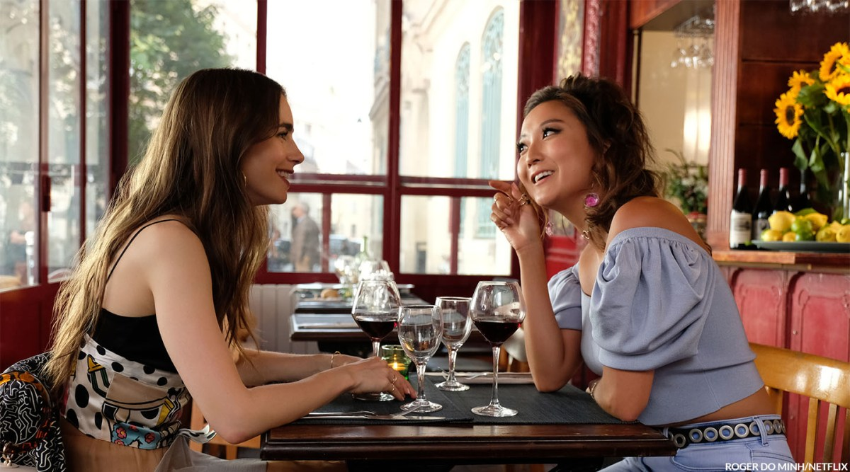 EMILY IN PARIS (L to R) LILY COLLINS as EMILY and ASHLEY PARK as MINDY in episode 102 of EMILY IN PARIS Cr. ROGER DO MINH/NETFLIX © 2020