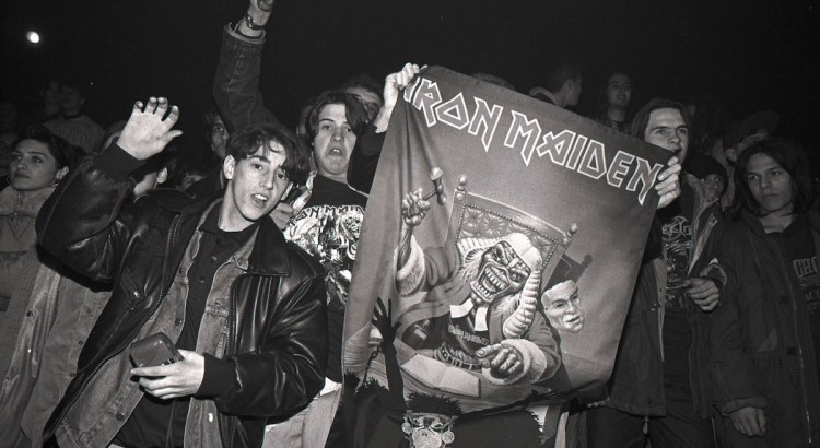 Frontman kapely Iron Maiden Bruce Dickinson na legendárním koncertu v Sarajevu roku 1994
