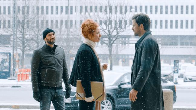 I ve Složce 64 uvidíme v hlavních rolích dánské herecké hvězdy Nikolaje Lie Kaase a Farese Farese. Zejména Farese mohou čeští diváci znát také z řady hollywoodských filmů jako 30 minut po půlnoci, Dítě číslo 44 nebo Rogue One: Star Wars Story