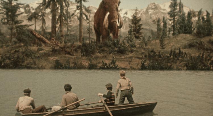 Legendární dobrodružný film Cesta do pravěku uvidí diváci Filmového OKA Havlíčkův Brod už 1. května od 15:00. Chlapci se z lodi dívají na mamuta
