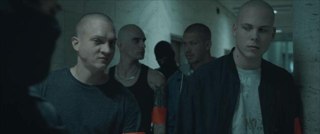 Vítěz letošního Febiofestu míří také do Filmového OKA Havlíčkův Brod, Na fotografii vidíme skupinu neonacistů před soudní síní