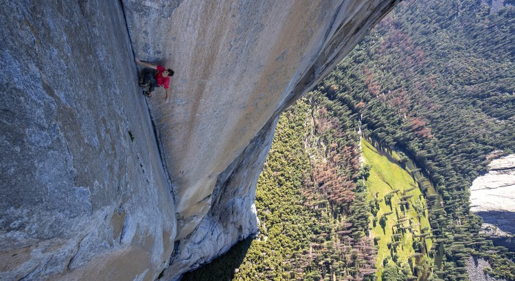 Alex Honnold se stal prvním horolercem, který bez jakéhokoliv jištění překonal známou americkou stěnu El Capitan