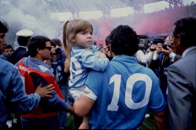 Diego Maradona nese malou fanynku v náručí po vyhraném zápase Mistrovství světa ve fotbalu