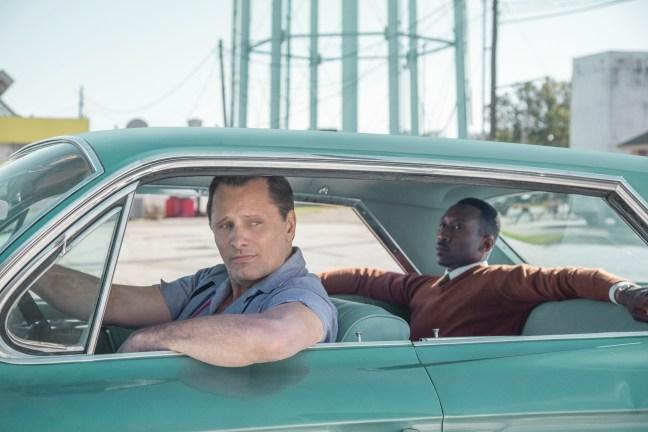 Hlavní hrdinové filmu Zelená kniha Viggo Mortensen a Mahershala Ali odpočívají ve svém voze před další jízdou
