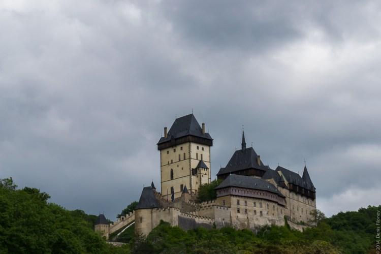 Замок на скале.