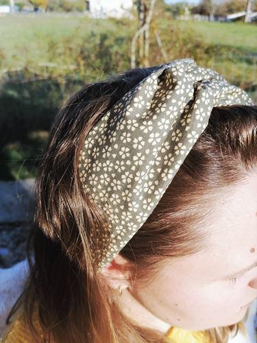 Vue profil bandeau pour cheveux fleurs myosotis fond kaki
