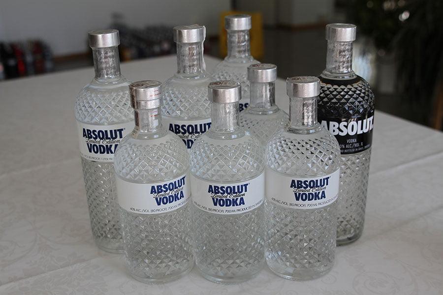 Absolut Glimmer 3 x 1 liter & 3 x 0,7 liter & 1 x 1 liter (black) with light underneath)