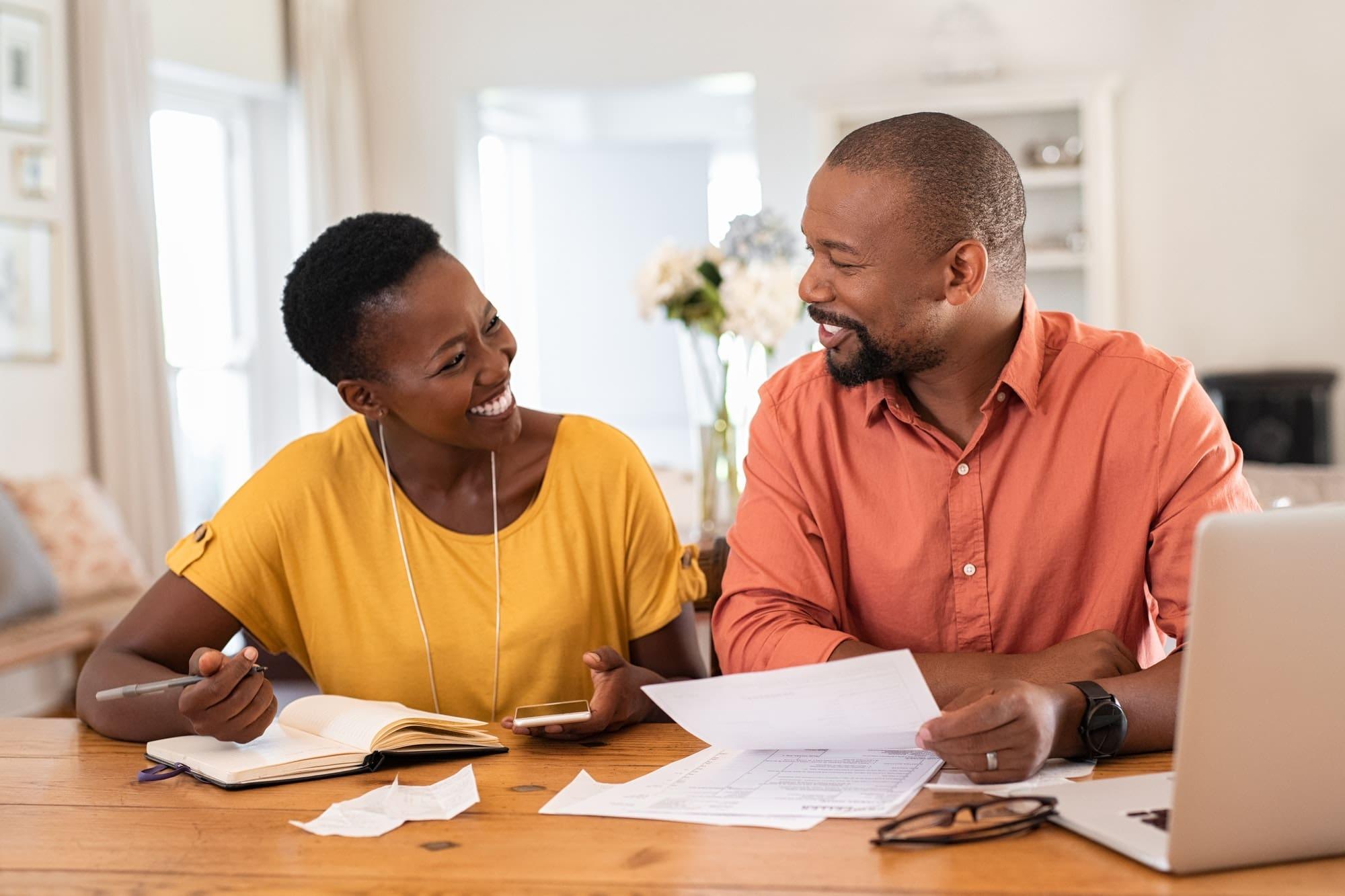 Casal Organizando as Contas da Casa