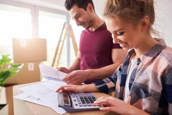Casal feliz planejando as finanças da casa