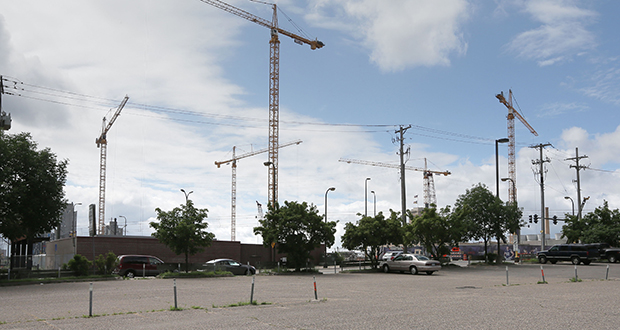 Minneapolis-based Ryan Cos. US Inc. had proposed a 27-story apartment and hotel tower at 728 S. Fourth St. in Minneapolis. The site is immediately north of the Minnesota Vikings stadium construction site (background). (Staff photo: Bill Klotz)