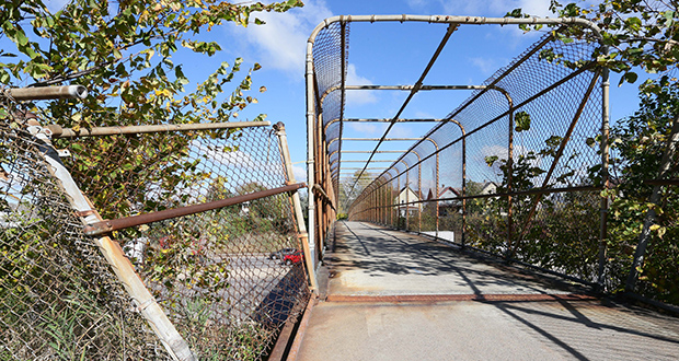 A section of the fence is broken on a pedestrian bridge over Interstate 94 in St. Paul near Dale Street in St. Paul. A $60,000 grant from the Knight Foundation will help improve eight pedestrian bridges over the interstate that are within walking distance of Green Line stations. (Staff photo: Bill Klotz)