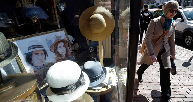 A pedestrian passes the entrance of a hat store April 1, 2015 in the Harvard Square neighborhood of Cambridge, Mass. (AP file photo)