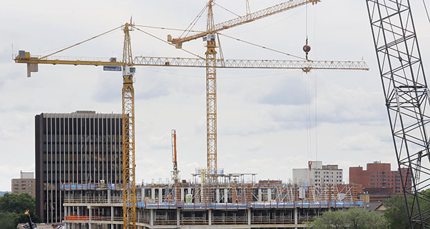 Construction cranes are a familiar sight on the east side of downtown Minneapolis, where Hennepin County Medical Center is expanding at 715 S. Eighth St., and Kraus-Anderson is redeveloping its block at 525 S. Eighth St. (Staff photo: Bill Klotz)