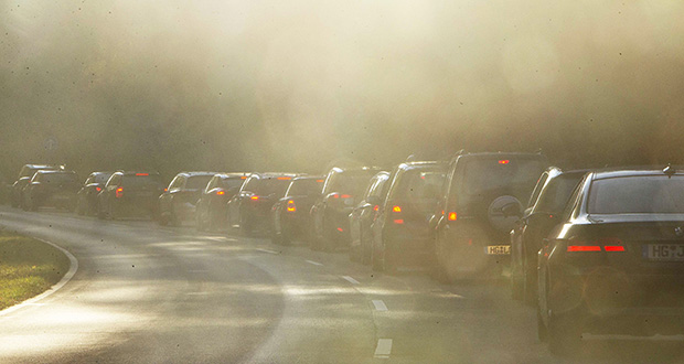 A report delivered Friday to German Chancellor Angela Merkel suggested the government make transportation and heating with fossil fuels more expensive, and end subsidies that currently encourage the use of gasoline, natural gas and coal. This Oct.31, 2018, photo shows cars in a traffic jam while commuting to Frankfurt, Germany. (AP file photo)