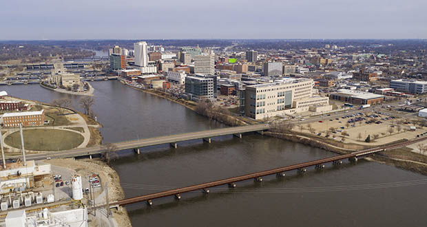 Aerial View Of the Cedar River Running thru a Cedar Rapids in Iowa. (Deposit photos)