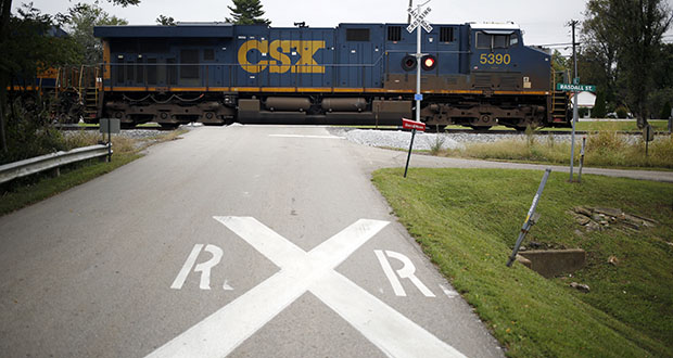 A CSX Corp. freight train passes through Oakland, Kentucky. CSX is the only major U.S. railroad that is poised to see earnings drop in the third quarter from a year earlier. (Bloomberg file photo)